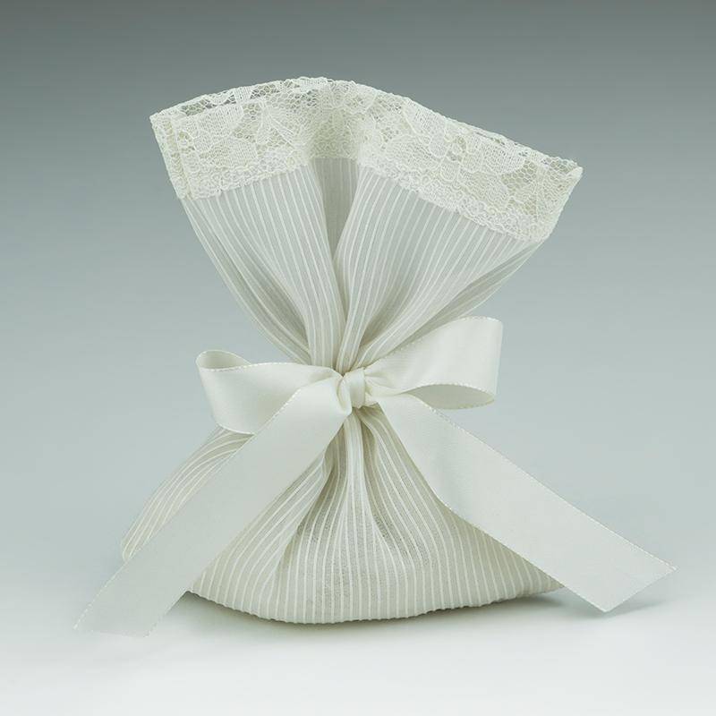 a61fe5a4bbca Μπομπονιέρα γάμου πουγκί σατέν ρίγα με τελείωμα δαντέλα εκρού και κορδέλα  σατέν εκρού