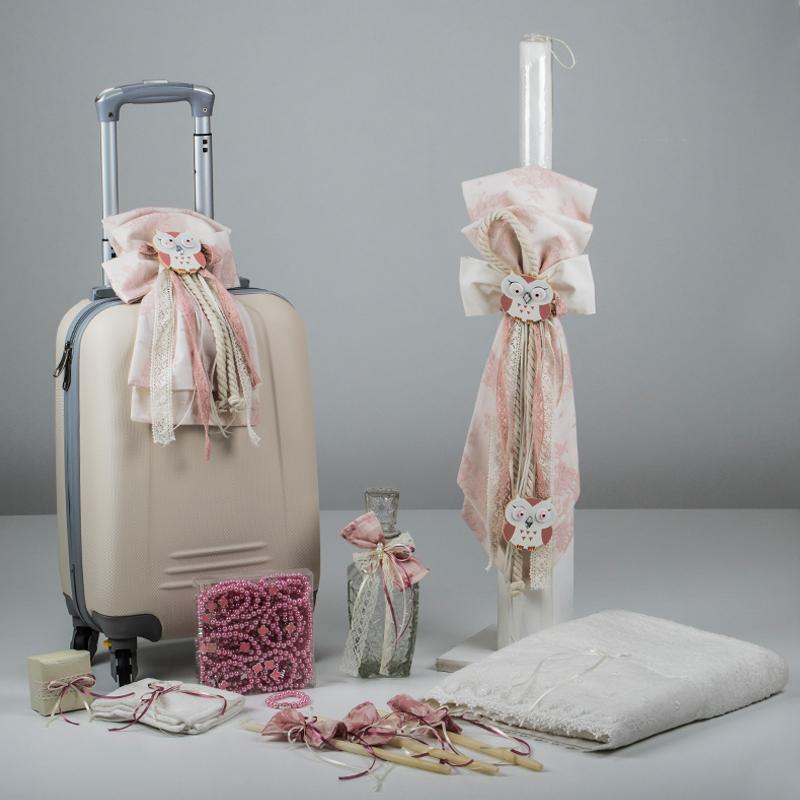 b2ea64f18fc Σετ βαπτιστικό πακέτο από βαλίτσα τρόλει σε ιβουάρ με στολισμό φιόγκο από  δαντέλα σε σάπιο μήλο και ξύλινη κουκουβάγια
